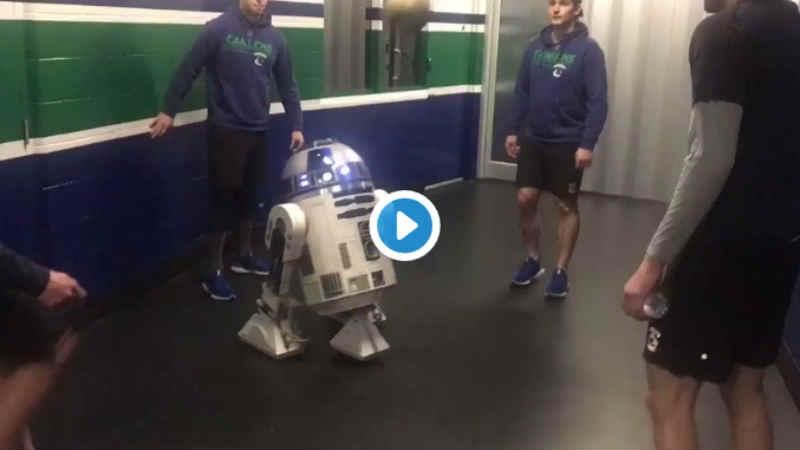Star Wars invade uno stadio intero e R2-D2 gioca a calcio (VIDEO)